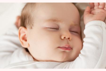 Planifier une routine autour du sommeil avec chaque jour les mêmes gestes et habitudes, permet de programmer le cerveau à voir venir l'heure du coucher.