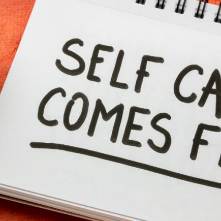 Les anglophones utilisent le terme self-care, qui est le fait de prendre du temps pour assurer son bien-être physique et mental.